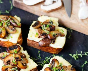 Garlic_mushrooms_and_Brie-on_Toast