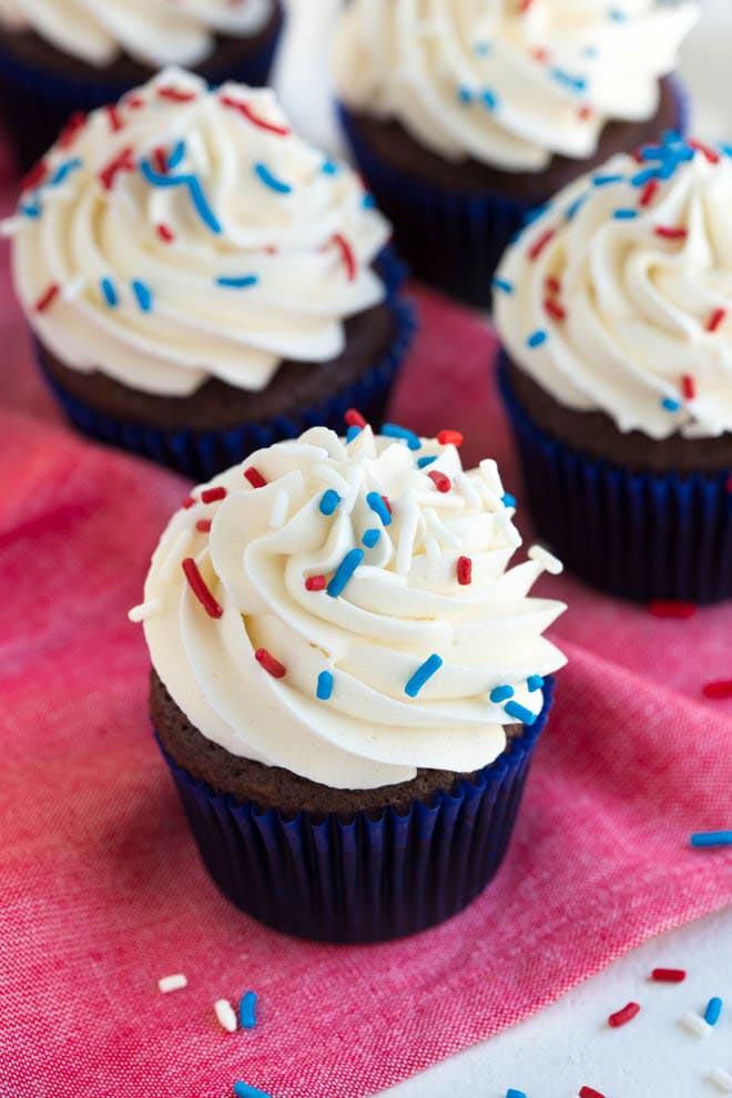 Simple_Chocolate_Cupcakes_with_Vanilla_Buttercream