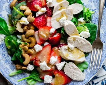 green_salad_with_chicken-strawberries_and_goat_cheese