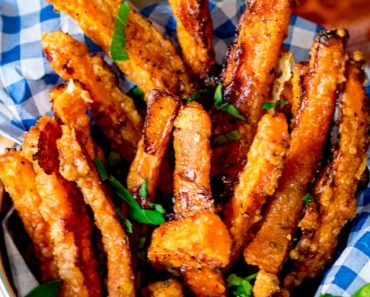 Baked_Parmesan_Carrot_Fries_with_chilli_mayo